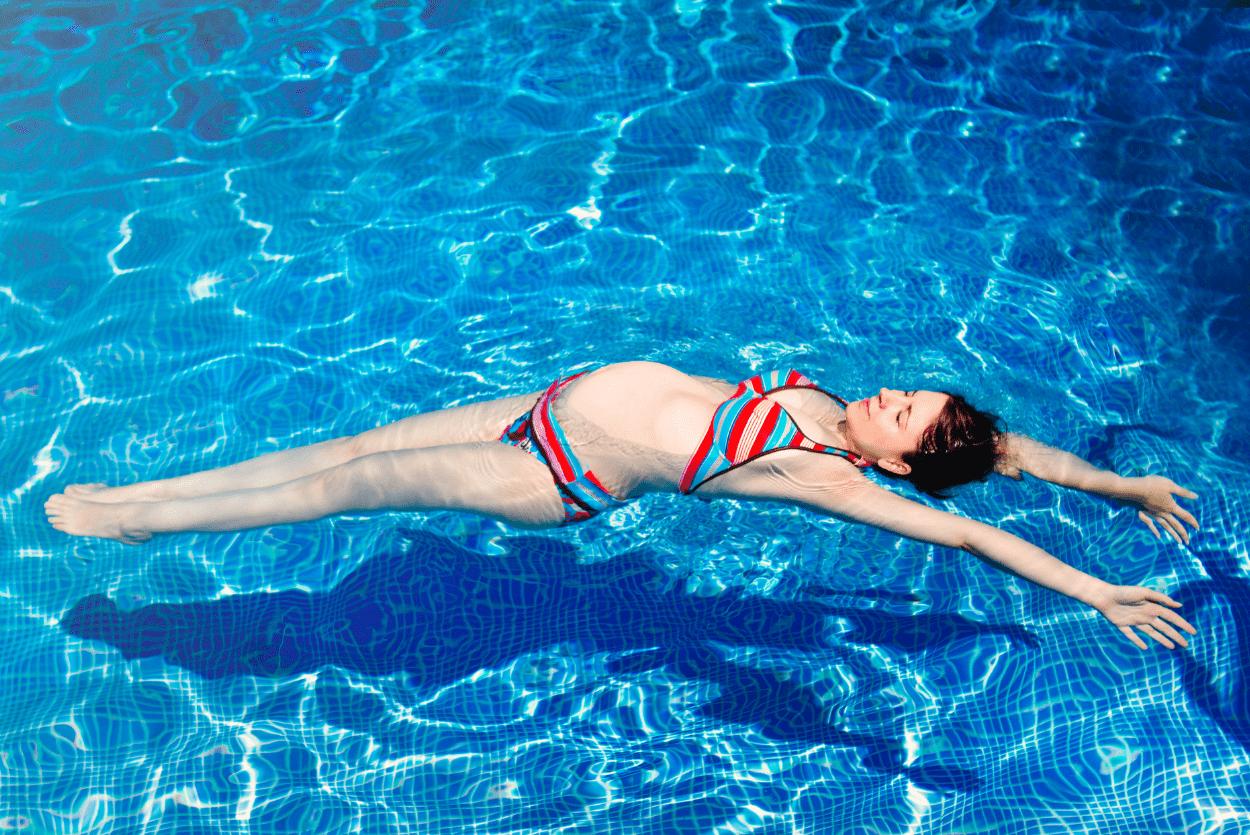 Femme enceinte dans une piscine