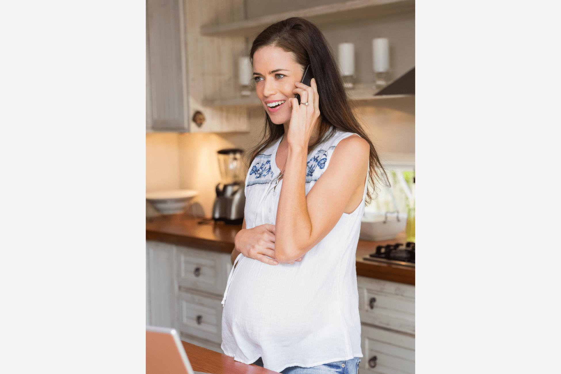 Femme enceinte au téléphone